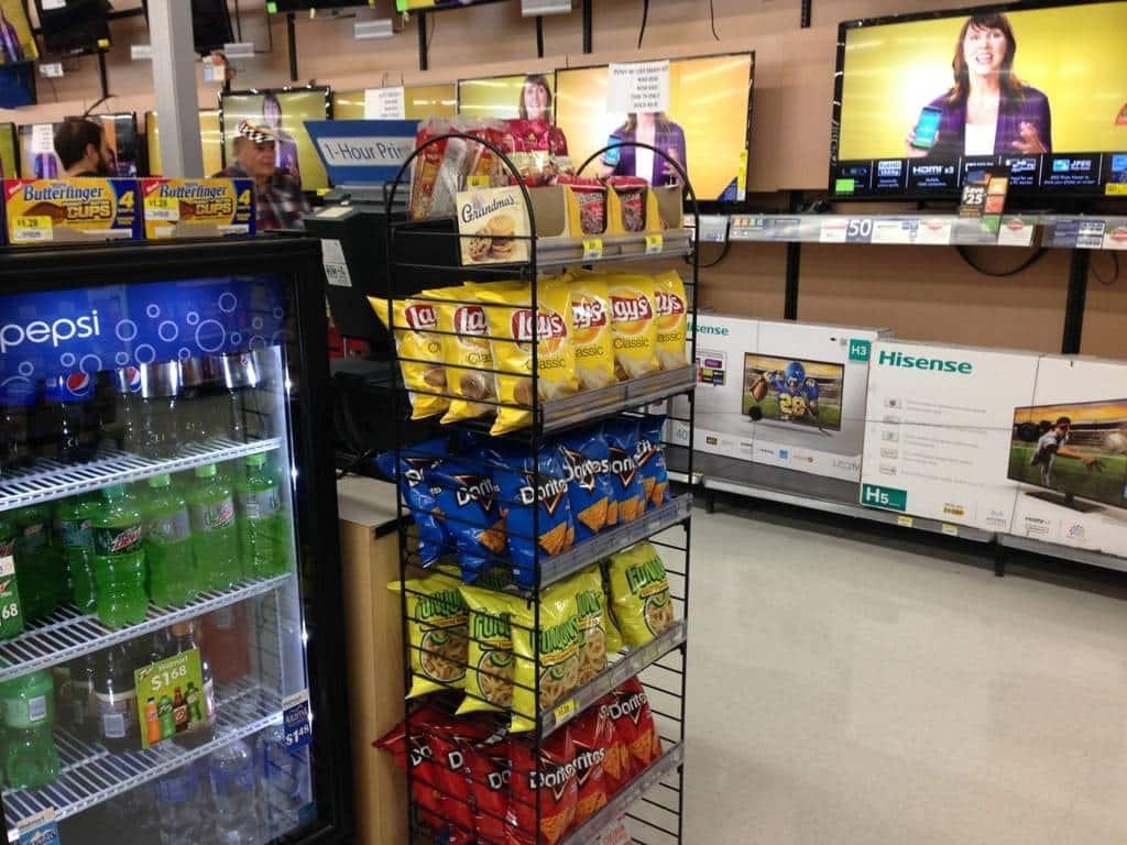 Nel reparto dedicato ai Televisori, tengono vari Snack e Bevande energetiche, così, se comprate un televisore per vedere un film non dovete neanche camminare troppo per poter comprare qualcosa da sgranocchiare!