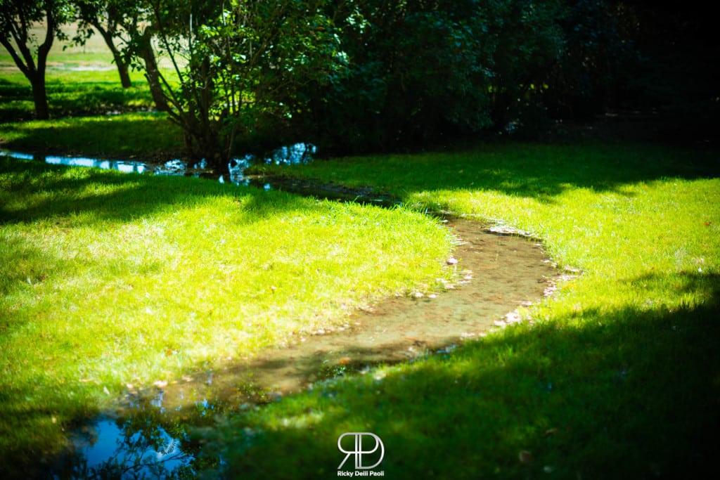 L'acqua del fiume artificiale arriva direttamente nel giardino delle varie case.
