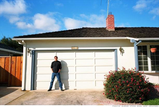 Steve Jobs in una rara foto del 1996 davanti a quello stesso garage