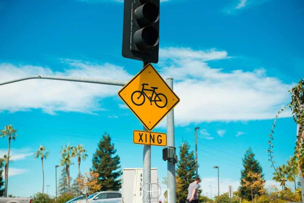 Un cartello che ricorda ai ciclisti che le biciclette sono tutte cinesi