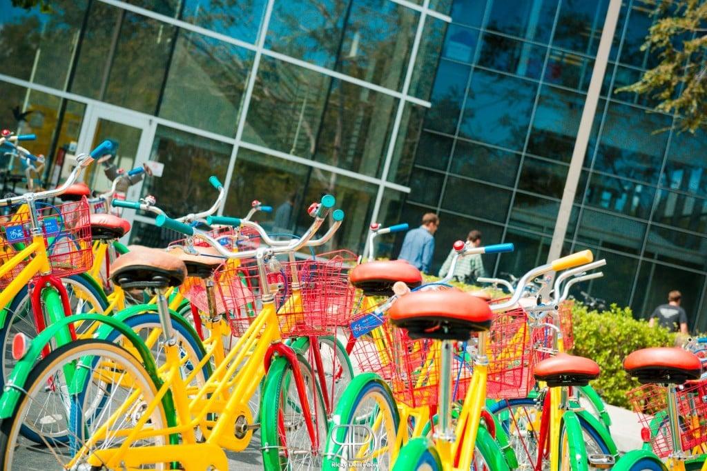 Le biciclette colorate fornite gratuitamente ai dipendenti