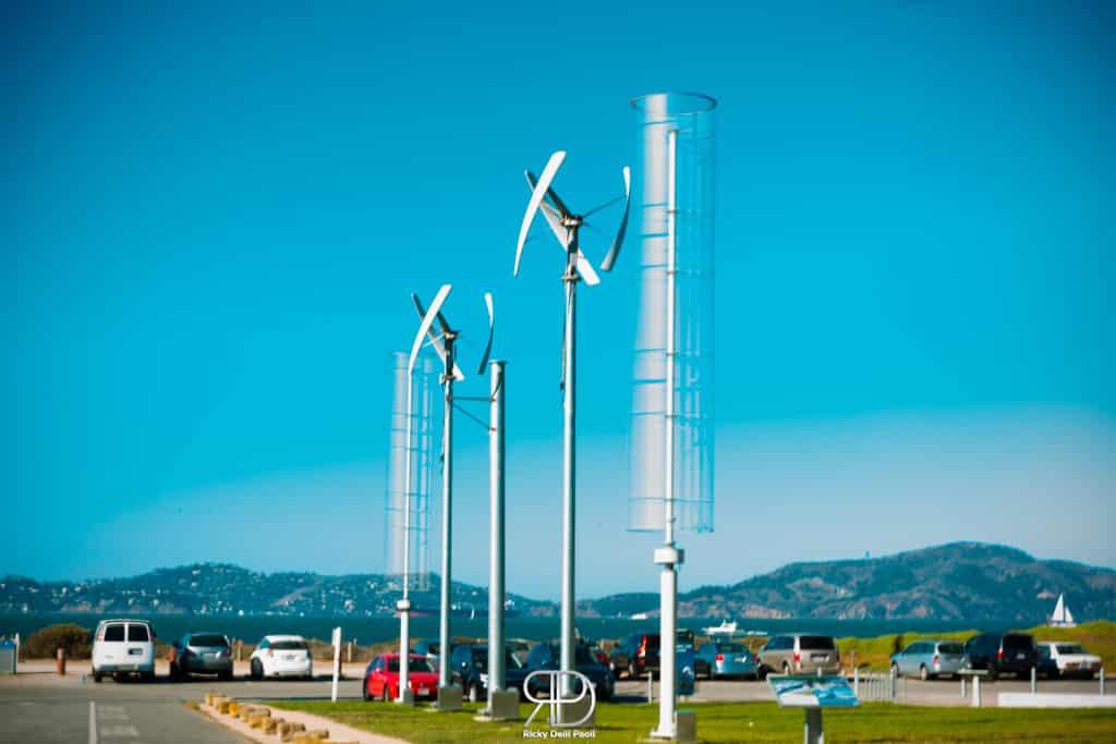 Numerose pale eoliche sono presenti nella baia di San Francisco per raccogliere energia elettrica riutilizzabile