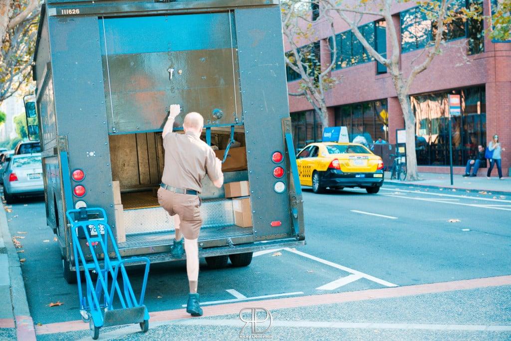 Non è piuttosto buffa la divisa dei dipendenti UPS? Tuttavia, a noi piacciono così.