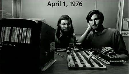 Steve Wozniak & Steve Jobs in uno dei più famosi scatti col primo Apple I